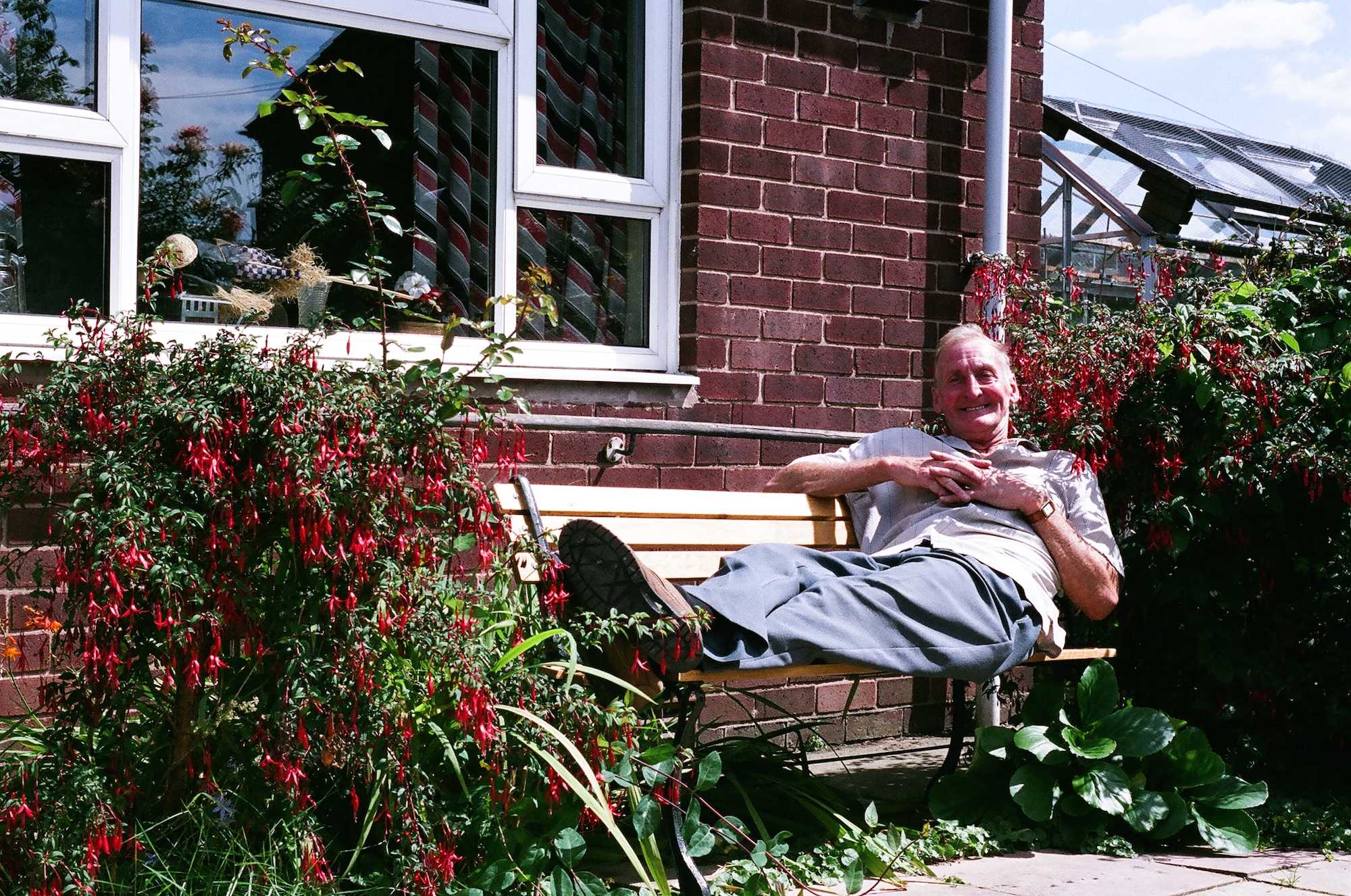Graham Burton, outside his neighbour prefab, 2005. Post-war prefabs in Chesterfield and North Wingfield, Derbyshire, 2005