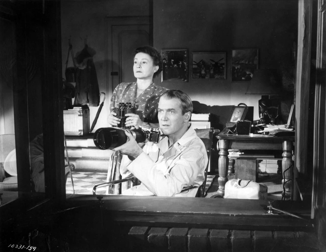 Thelma Ritter and James Stewart in Rear window directed by Alfred Hitchcock, 1954