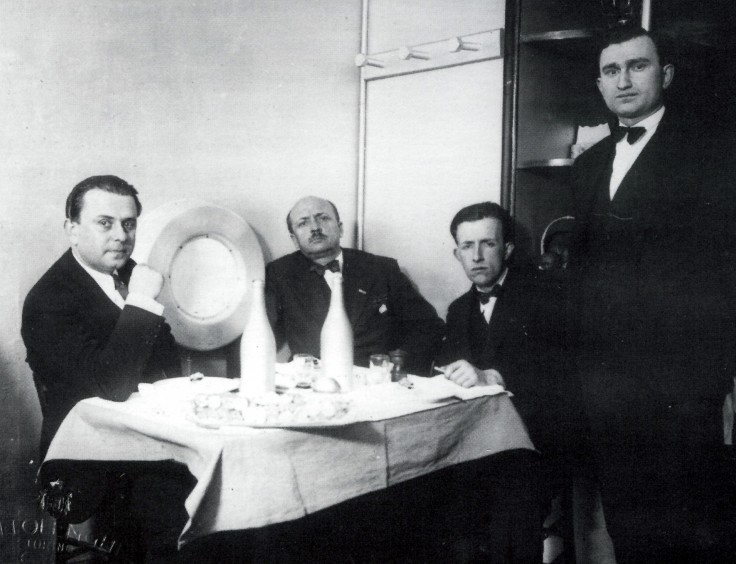 A rare picture of the Interior Taverna del Santo Palate, in Turin, in Vanchiglia 2: with (from left) the Bulgarian architect Nicolaj Diulgheroff, who rebuilt the place, the poet Filippo Tommaso Marinetti and the painter Fillia, alias Louis Columbus