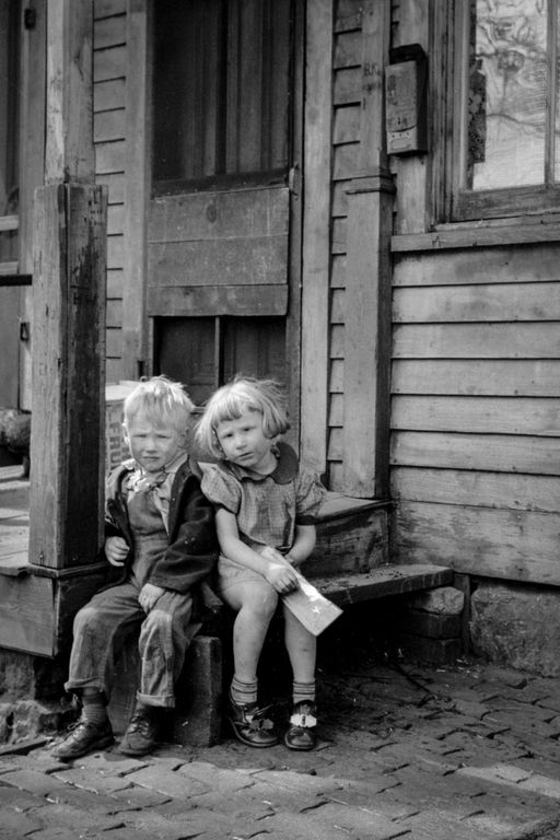 1940 Children living in the river bottoms shacktown in Dubuque.