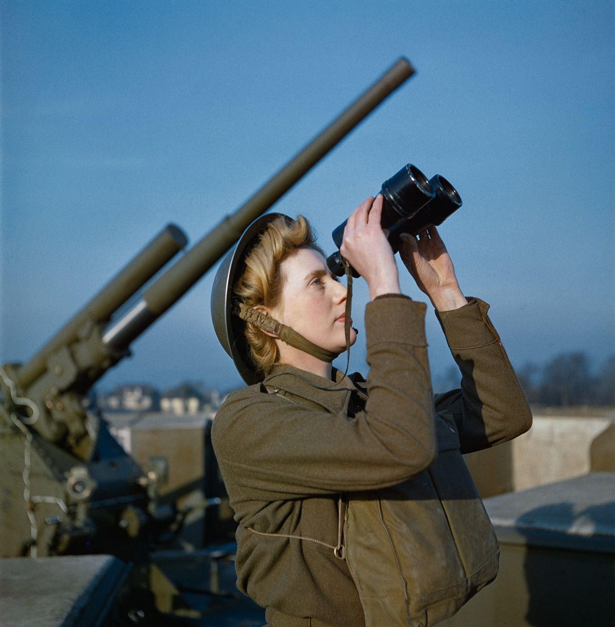 December 1942 An Auxiliary Territorial Service (ATS) 'spotter' at a 3.7-inch anti-aircraft gun site.