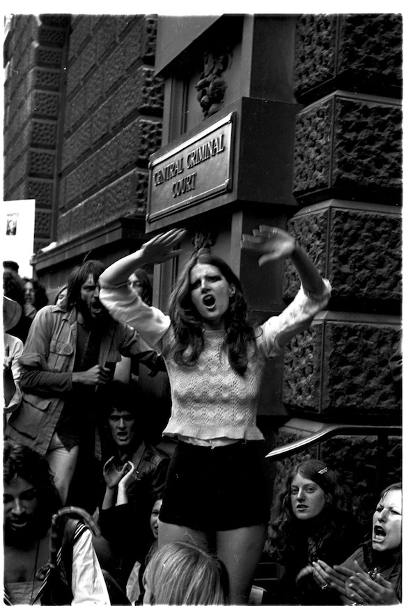 Activist/artist Caroline Coon leads protests outside the Central Criminal Court during the Oz trial, summer 1971. Photo: Joe Stevens. No reproduction without permission