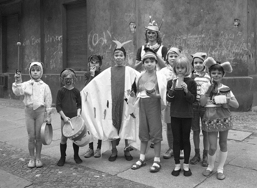 ünter (pantomime performer) and a private parade for a child's birthday, 1987.