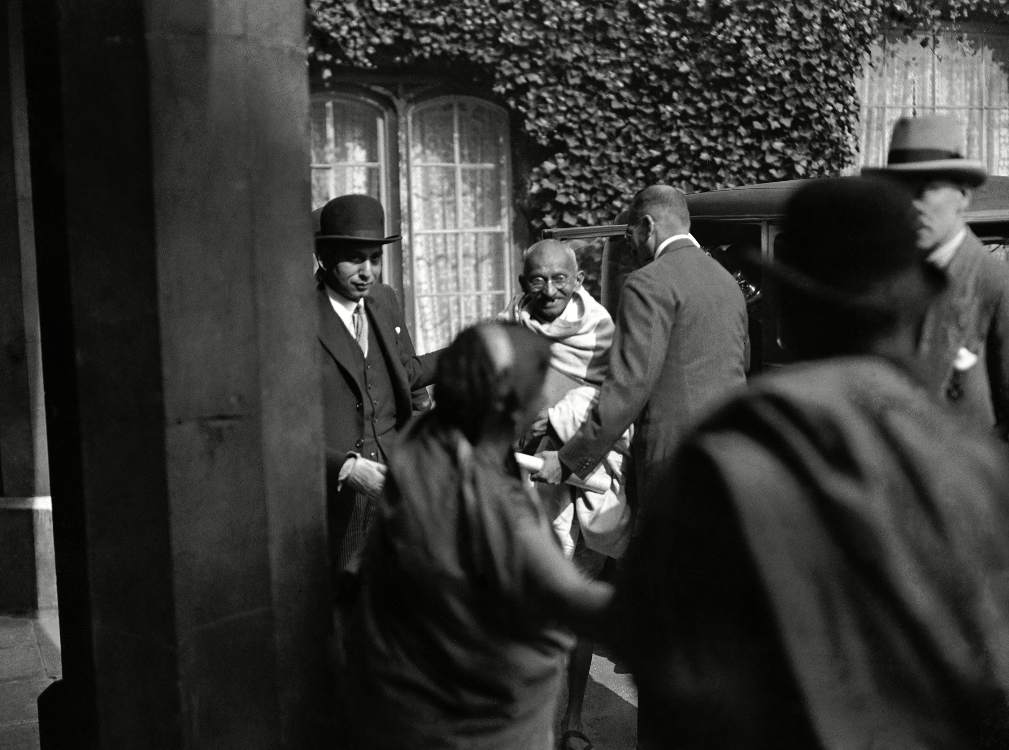 Gandhi leaving his Knightsbridge office in London to attend the India Round Table Conference
