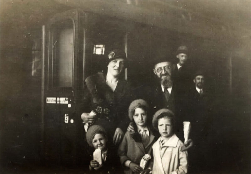 Rabbi Dr. Akiva Posner, his wife Rachel and their three children: from right to left: Avraham Chaim, Tova and Shulamit, at the train station in Kiel upon leaving Germany, 1933