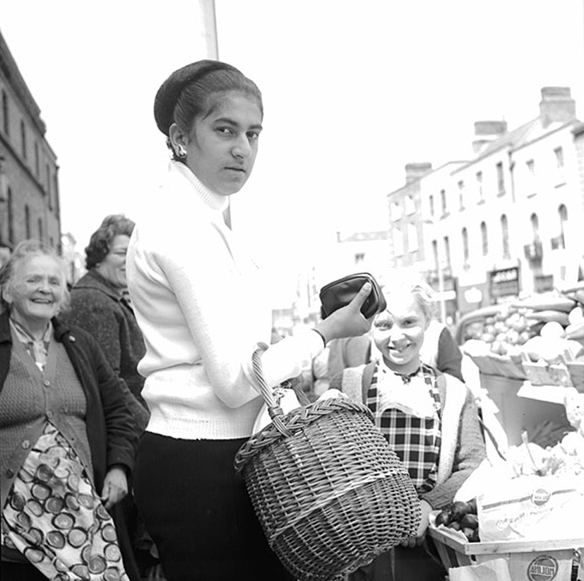Ireland 1960s, Photographer Elinor Wiltshire captures a very direct stare from a woman shopping on Moore Street, Dublin. Photographer: Elinor Wiltshire Date: 1964
