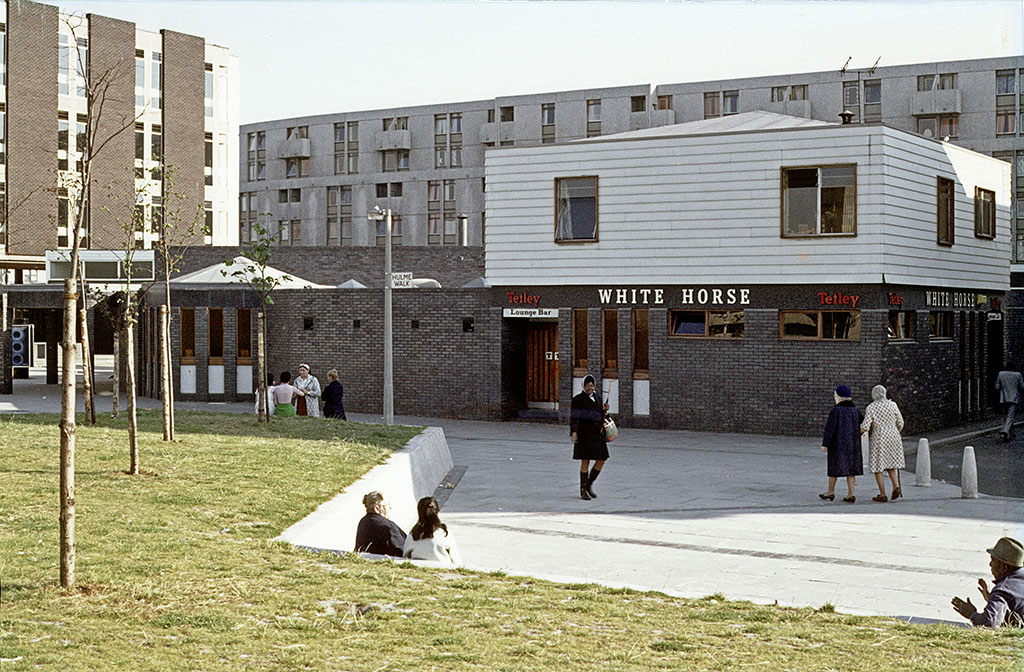 Manchester pubs, The White Horse pub on Hulme Walk, Hulme, around 1972. John Nash Crescent can be seen in the background, with Hulme Library and the Clopton Walk shopping precinct to the left.