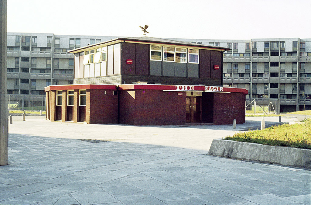 Manchester pubs, The Eagle pub on Hulme Walk, Hulme, around 1972. Robert Adam Crescent can be seen in the background.