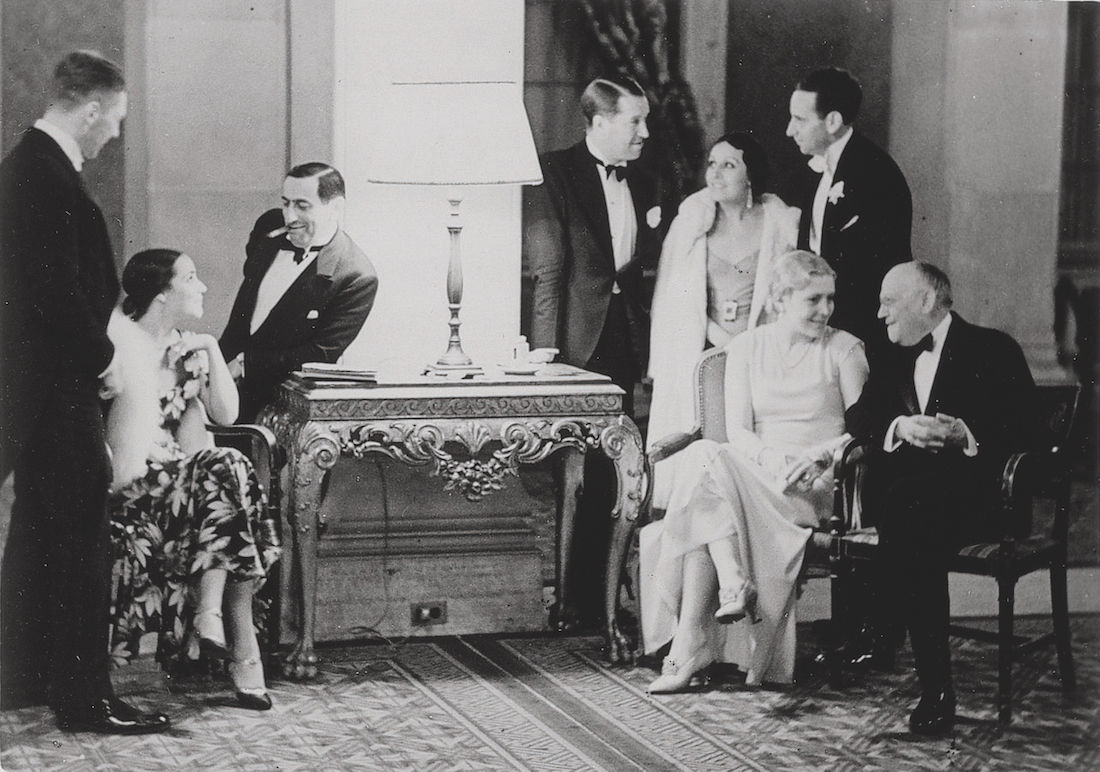 Meeting of movie stars. On the left side of the console: Carmen Del Rio and Ernst Lubitsch; on the right: Maurice Chevalier, Yvonne Vallée [his wife], Paul Kohner [producer], Vilma Banky and Carl Laemmle. Hollywood, 1930.