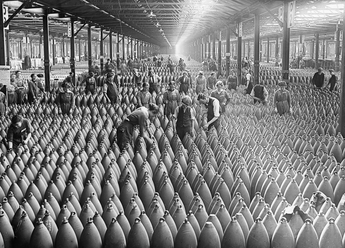c. 1917 Women and men work amid rows of artillery shells at the National Filling Factory in Chilwell.