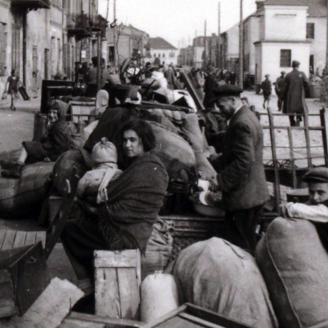 A German Soldier's Photographs of Jews Forced Into A Polish Ghetto - Flashbak