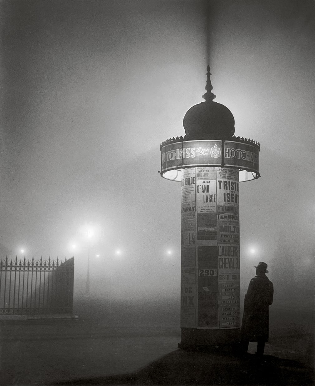 A Morris column in the fog, Avenue de l'Observatoire, 1934