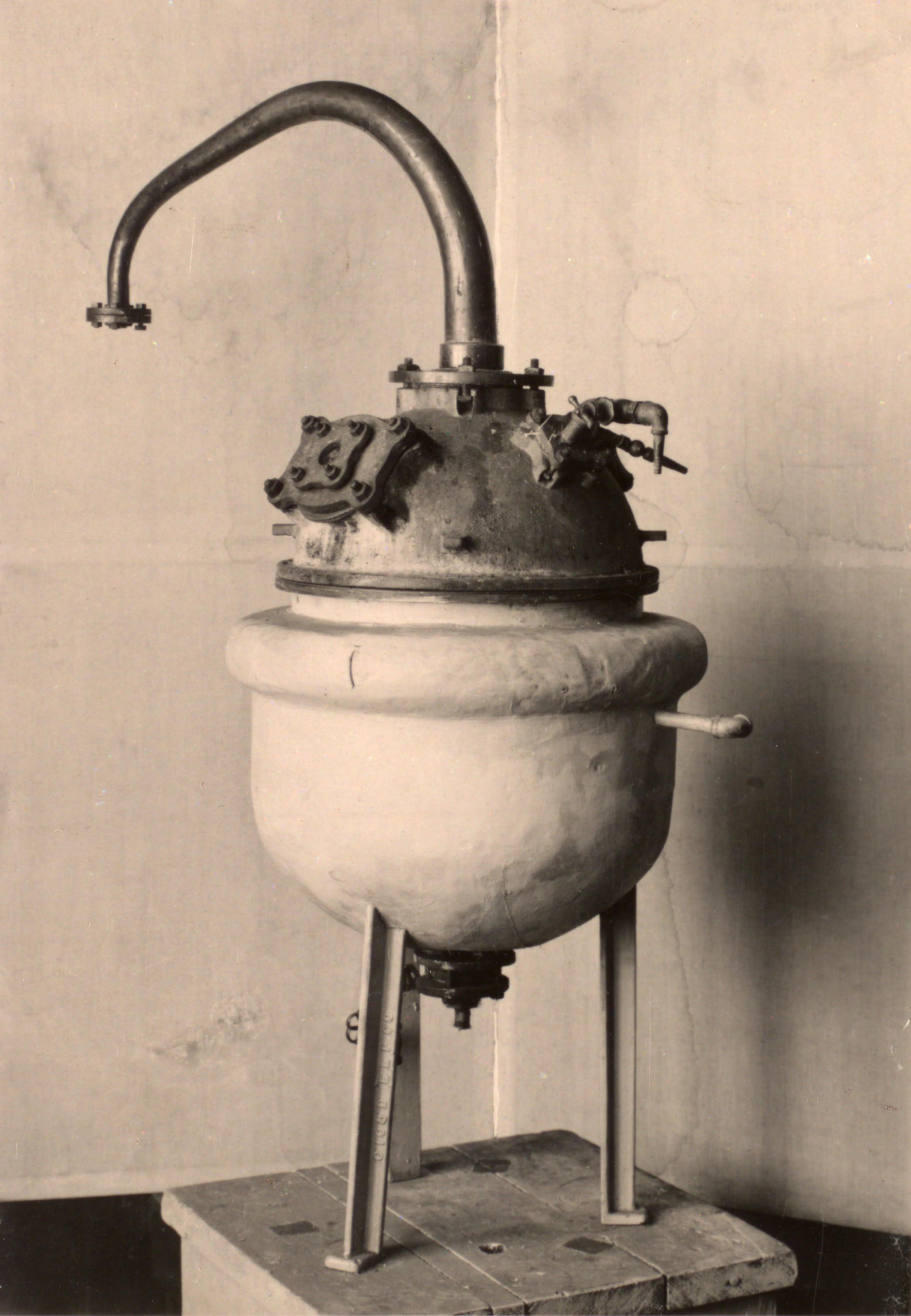 Photograph of an insulin still - 1931