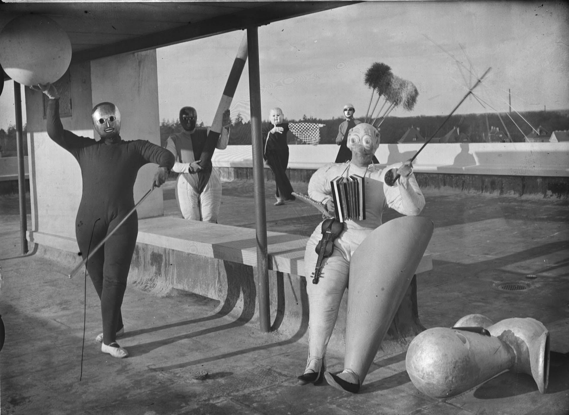 """Pantomime Treppenwitz"", produced by Oskar Schlemmer with left to right: Werner Siedhoff, Oskar Schlemmer, Roman Clemens and Andor Weininger, 1927. (Photo: Erich Consemüller"