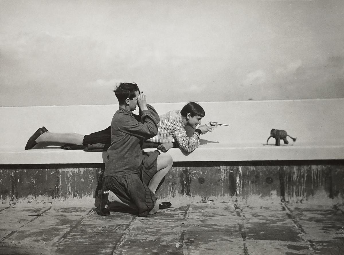 On the roof of the Atelierhaus, Dessau (Martha Erps with Ruth Hollós, left), circa 1927. Photography: Erich Consemüller.