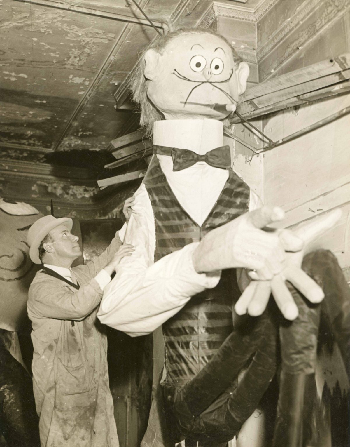 Tony Sarg with one of his parade figures. Studio: Publisher: Fotograms News Photo Service, Inc. 381 Fourth Ave., New York City