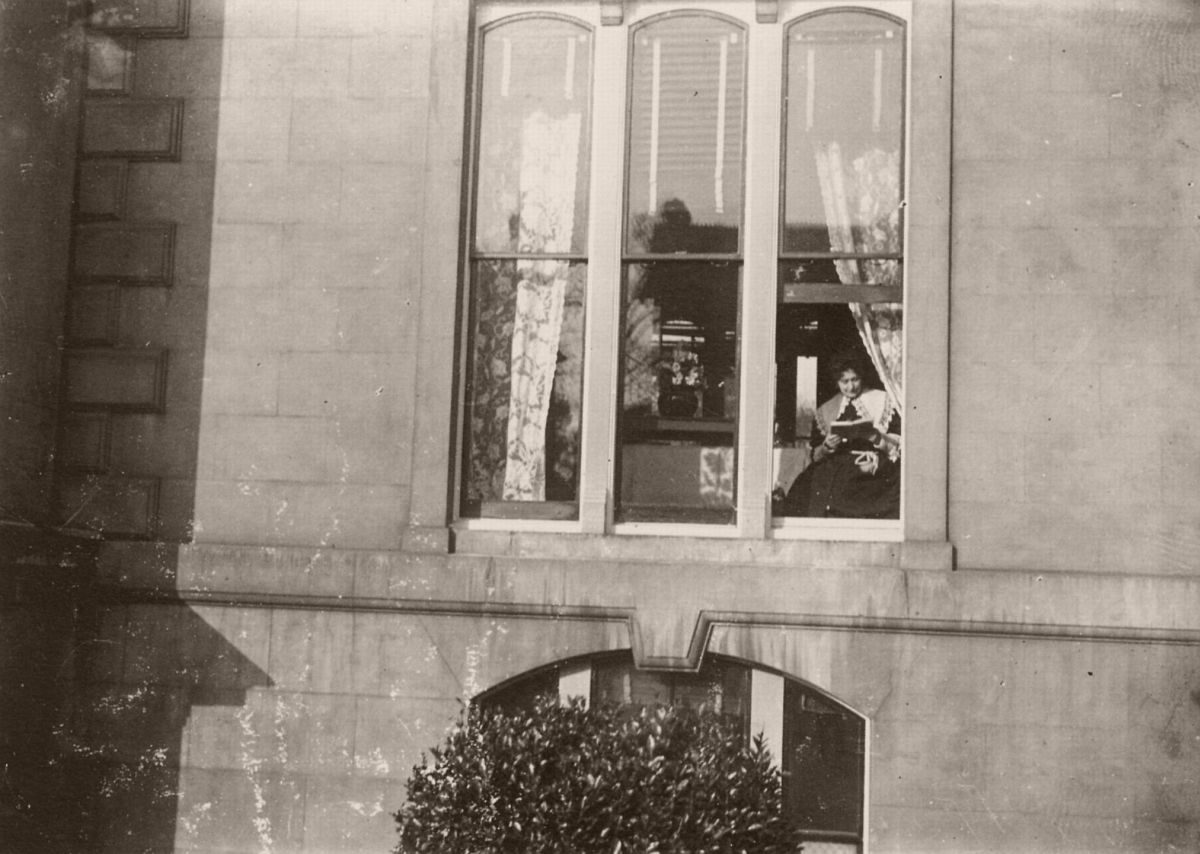 Émile Zola's Photographs Mrs Zola in the Queen's Hotel, Sydenham