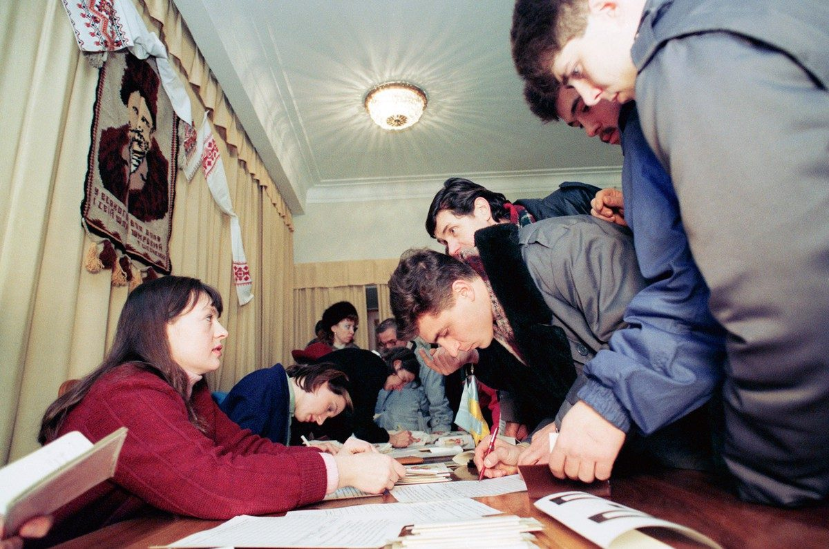 Citizens of the Ukraine vote on a referendum for independence from the Soviet Union at the Ukraine Embassy in Moscow, on December 1, 1991