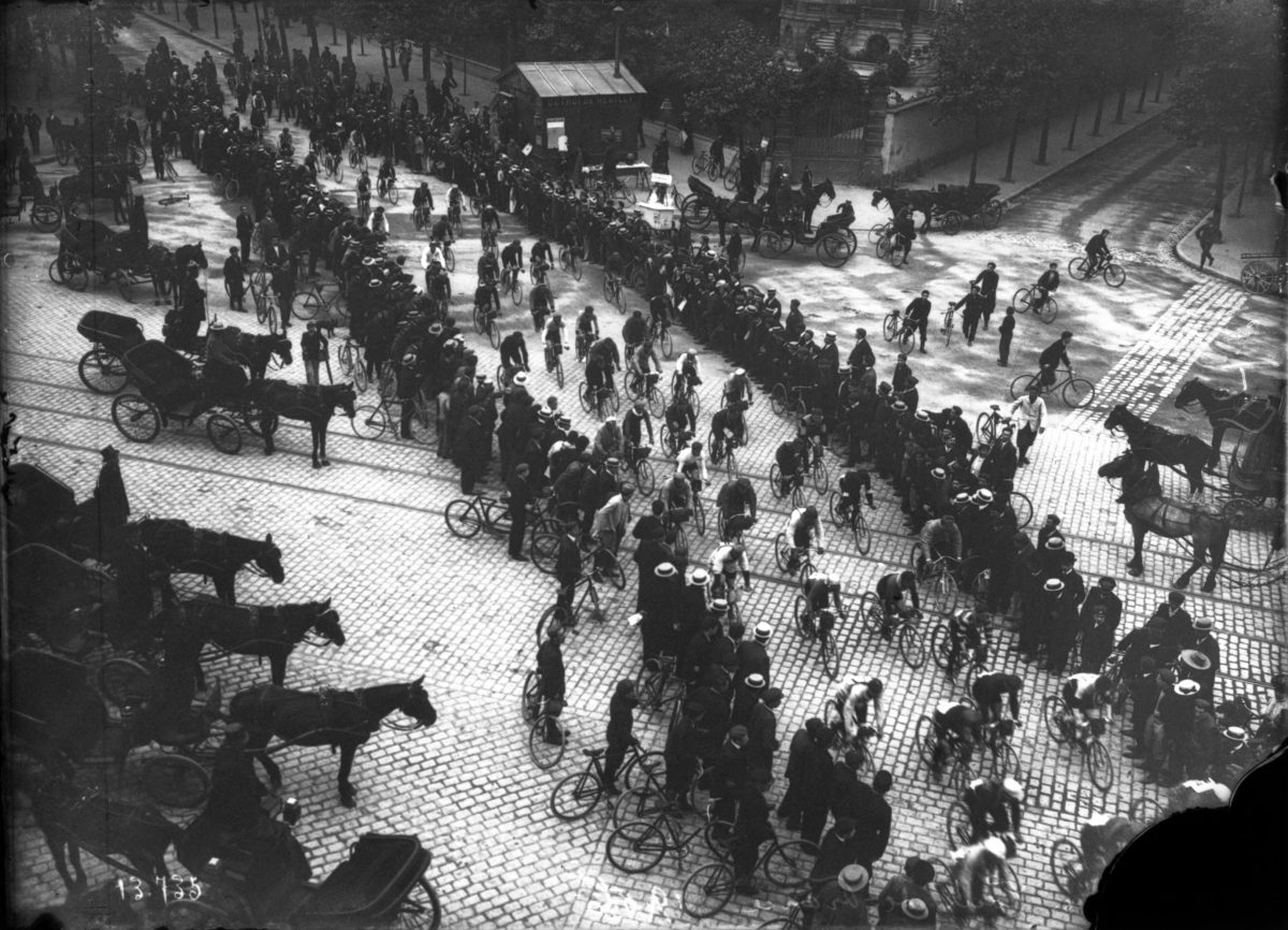 The peloton in 1906 tour de france