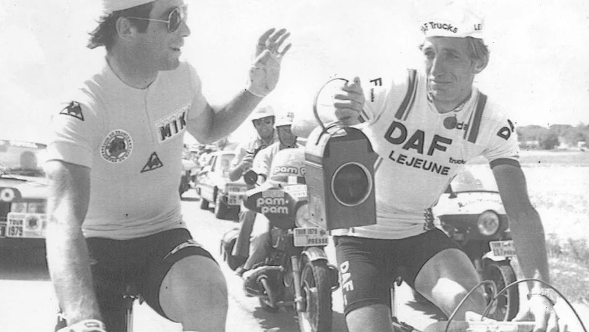 Bernard Hinault gives Gerhard Schönbacher a red lantern for taking last place (1979).