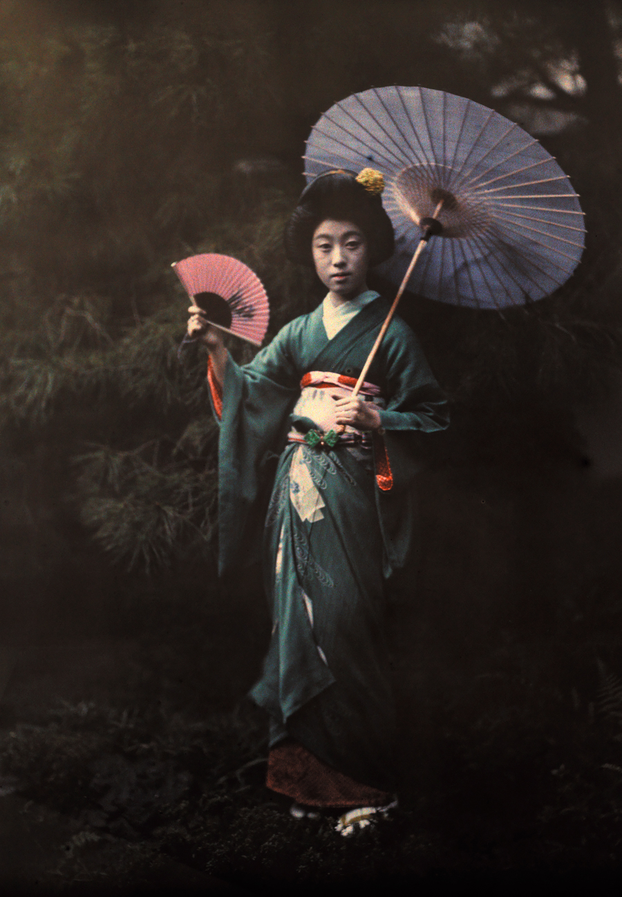 A_Geisha_girl_poses_in_her_Kimono_in_Kyoto,_June_1927