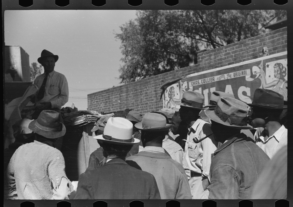 Itinerant salesman selling goods from his truck to Negroes in center of town on Saturday afternoon. Belzoni, Mississippi Delta, Mississippi] Contributor Names Wolcott, Marion Post, 1910-1990, photographer Created / Published [1939 Oct.
