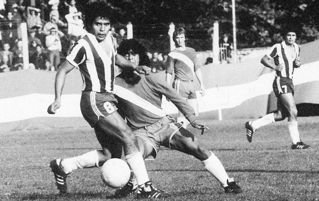 Maradona's most famous nutmeg, the day he debuted in Primera División, 20 October 1976