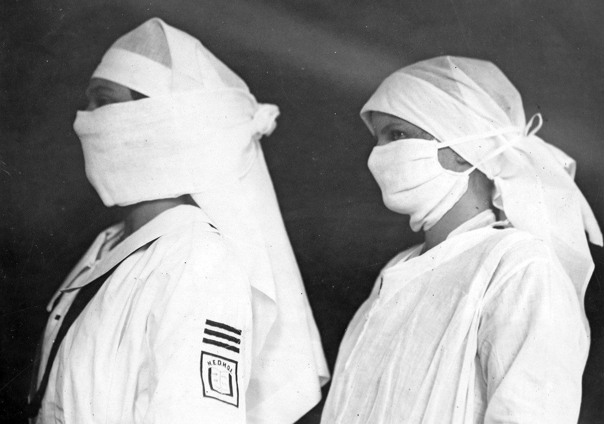 Nurses in Boston hospitals, equipped to fight influenza face masks 1918