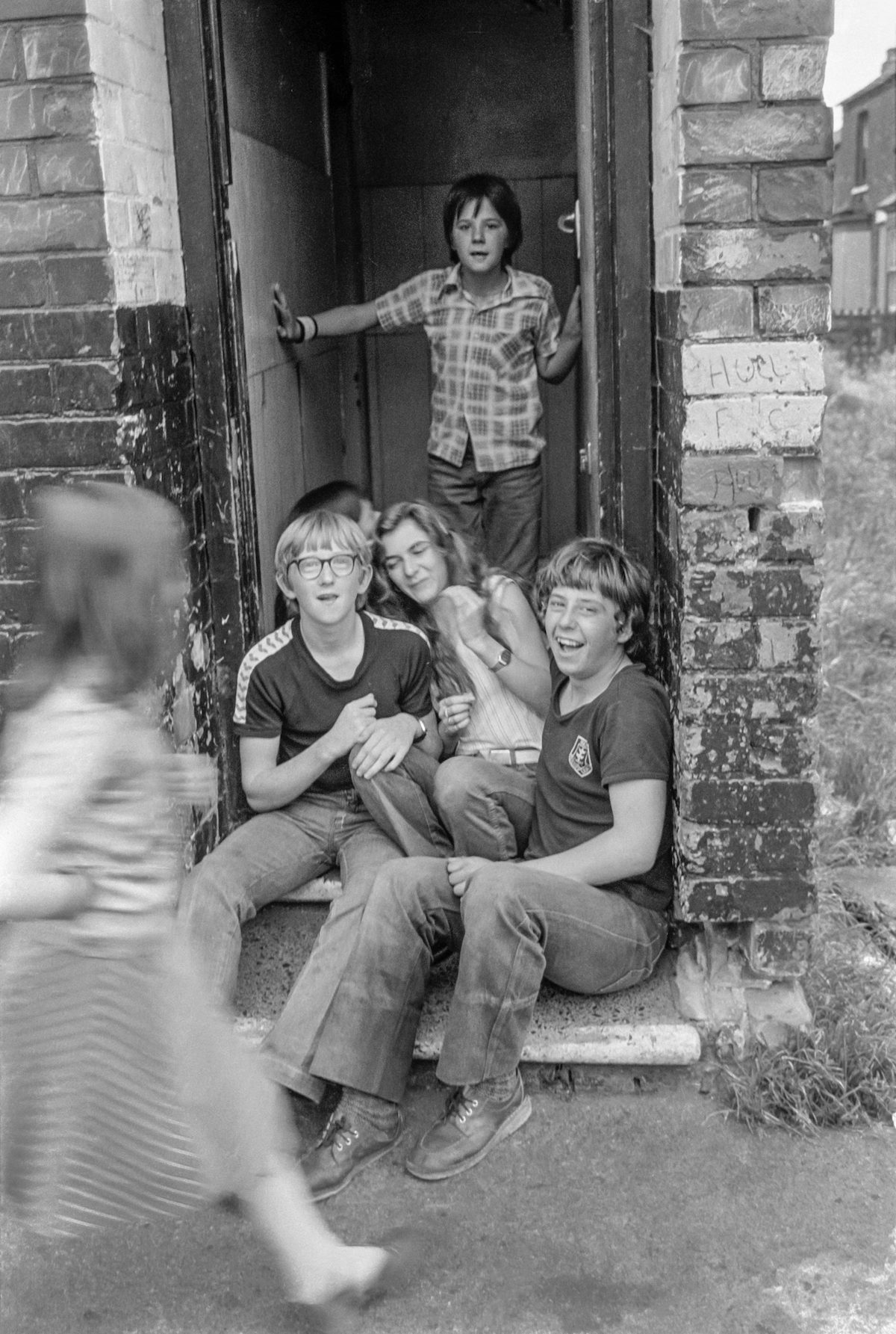 Children on door step, West Dock Ave area, Hull, 1981