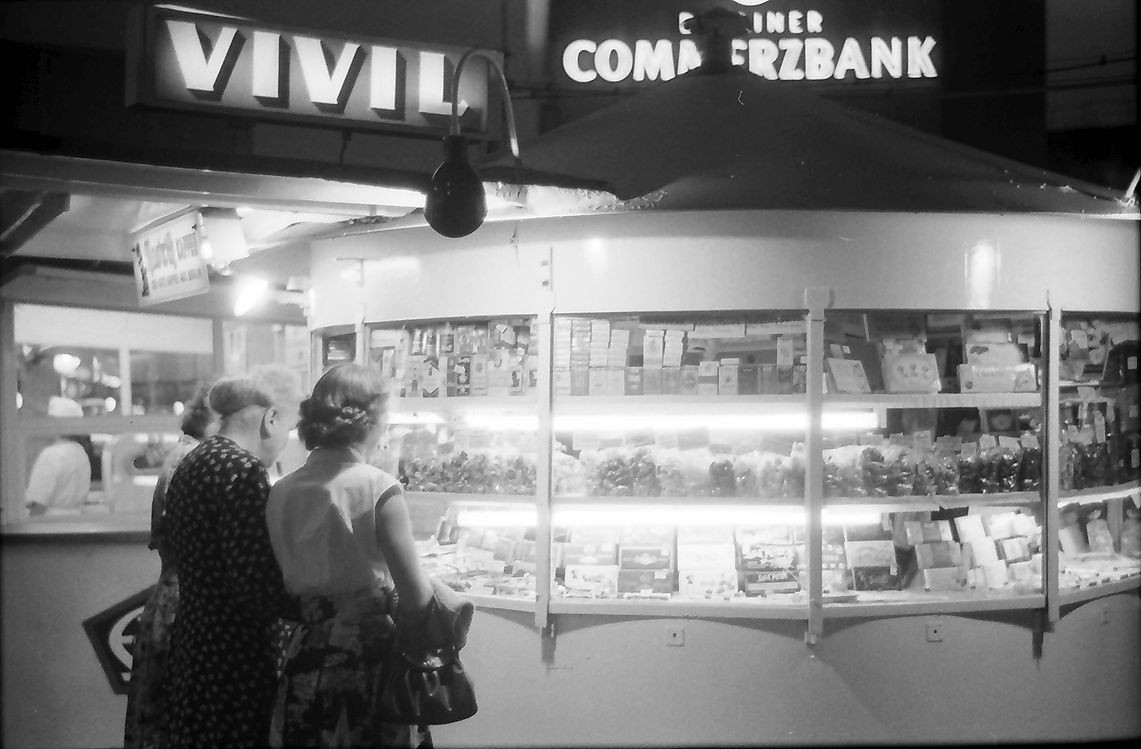 Kiosk am Kurfürstendamm in Berlin. 1957